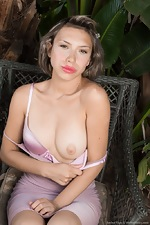 Amber Faye strips naked by her favorite palm