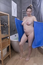 Lina enjoys a relaxing bath and orgasms